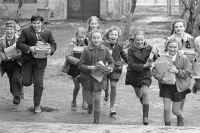 Советские школьники собирают макулатуру. 1975 г.