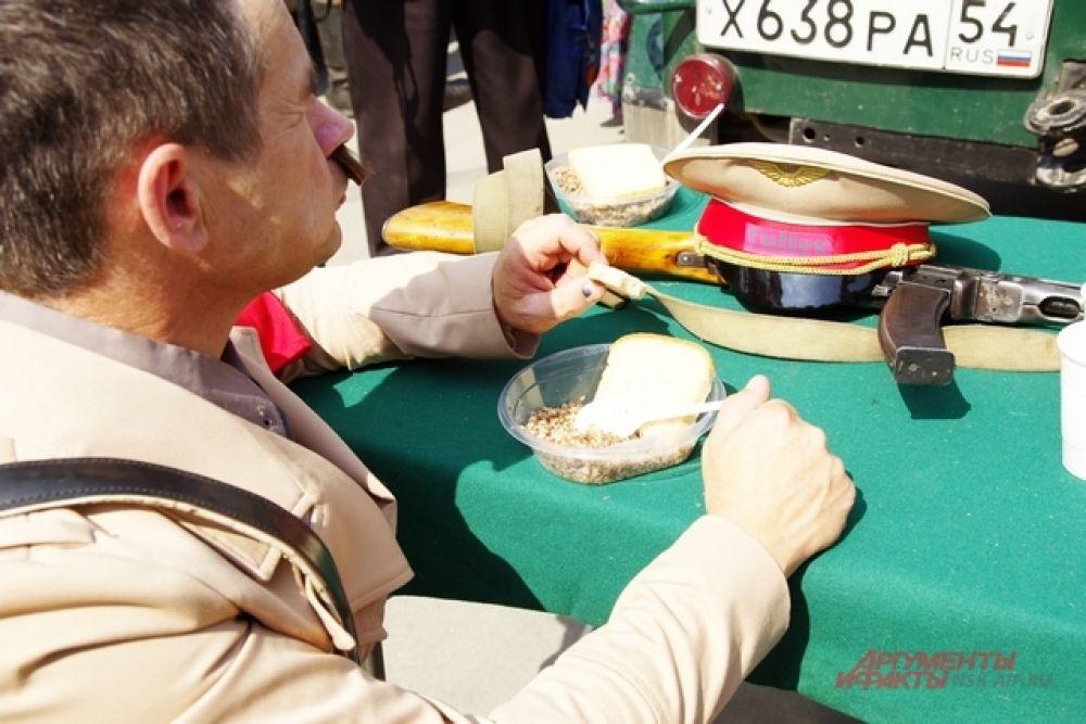 Переодетых в фашистов солдат и Гитлера угостили на полевой кухне