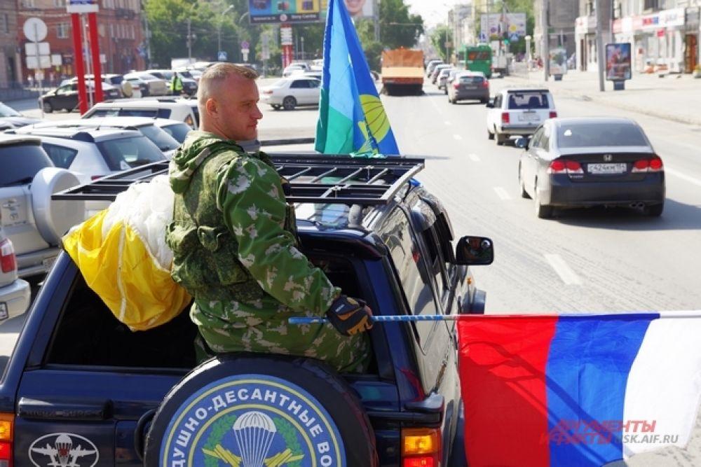 Огромная колонна автомобилей с десантниками проехала по городу