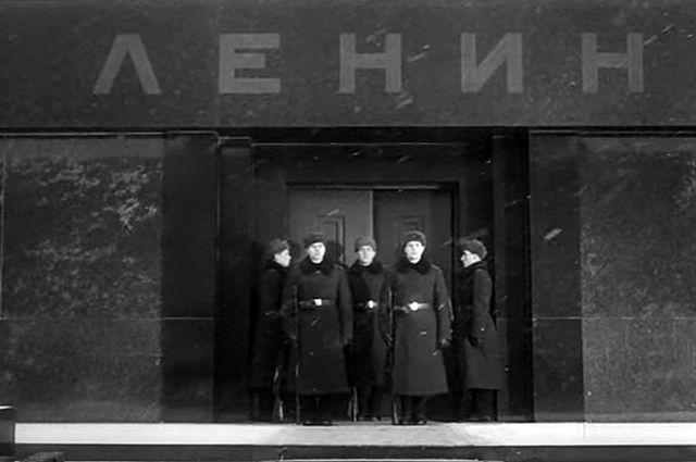 У Мавзолея Ленина стоят часовые в валенках.
