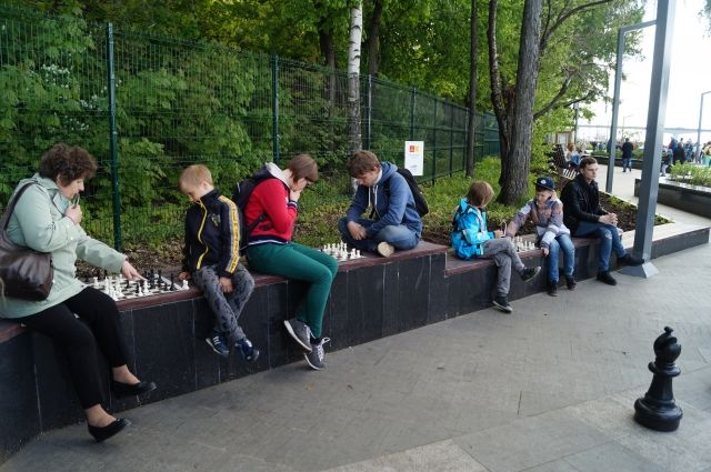 На набережной проходят шахматные бои.