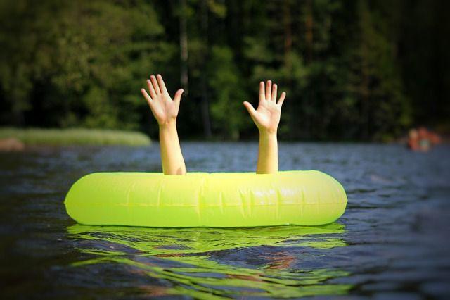 Девушка стала звать на помощь и люди, которые отдыхали в тот день на Обском водохранилище, вызвали спасателей.