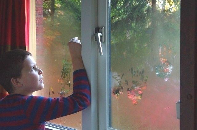 Летом дети особенно часто выпадают из окон.