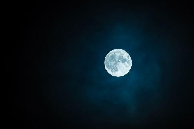 Частное лунное затмение начнётся в 22.52. В это время  южный край Луны войдёт в тень Земли.