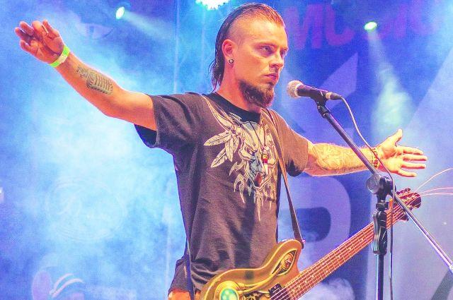 Алексей занимается музыкой на протяжении многих лет.