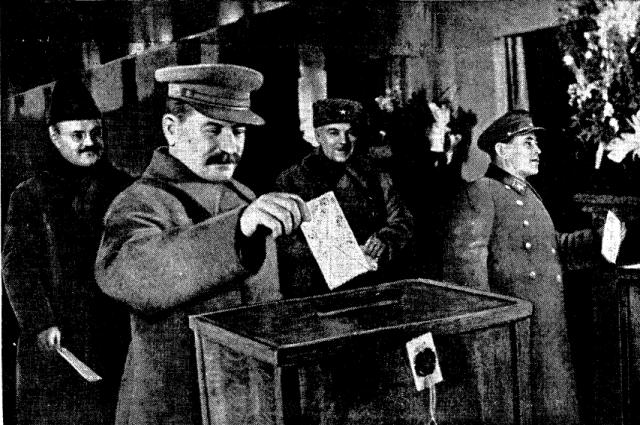 Люди, начавшие террор - на переднем плане Иосиф Сталин, справа руководитель НКВД Николай Ежов