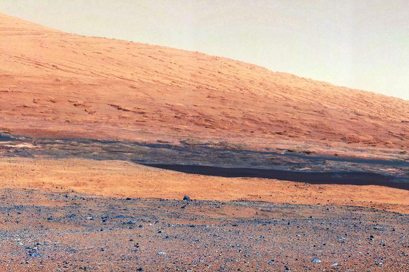 Август 2012 года. Склоны горы Шарп — конечного пункта назначения марсохода.