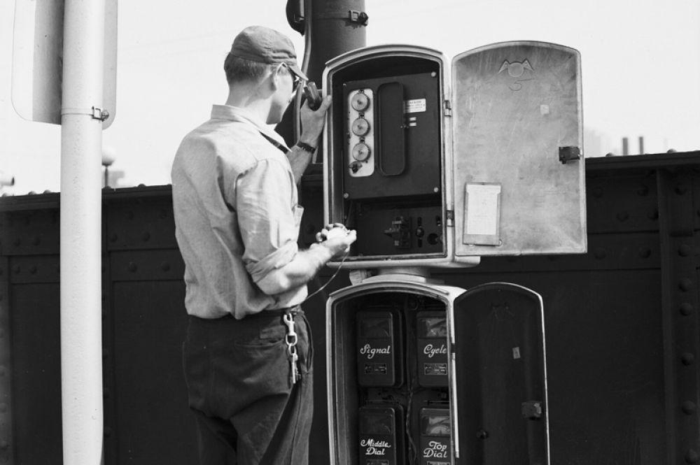 Рабочий чинит светофор в Сиэтле, 1930-е годы.