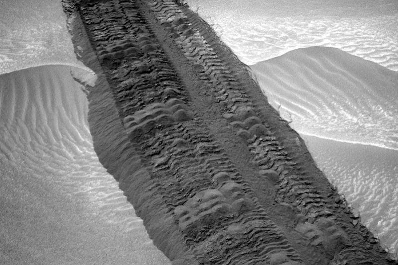 Август 2014 года. Следы Curiosity на пути к горе Шарп.