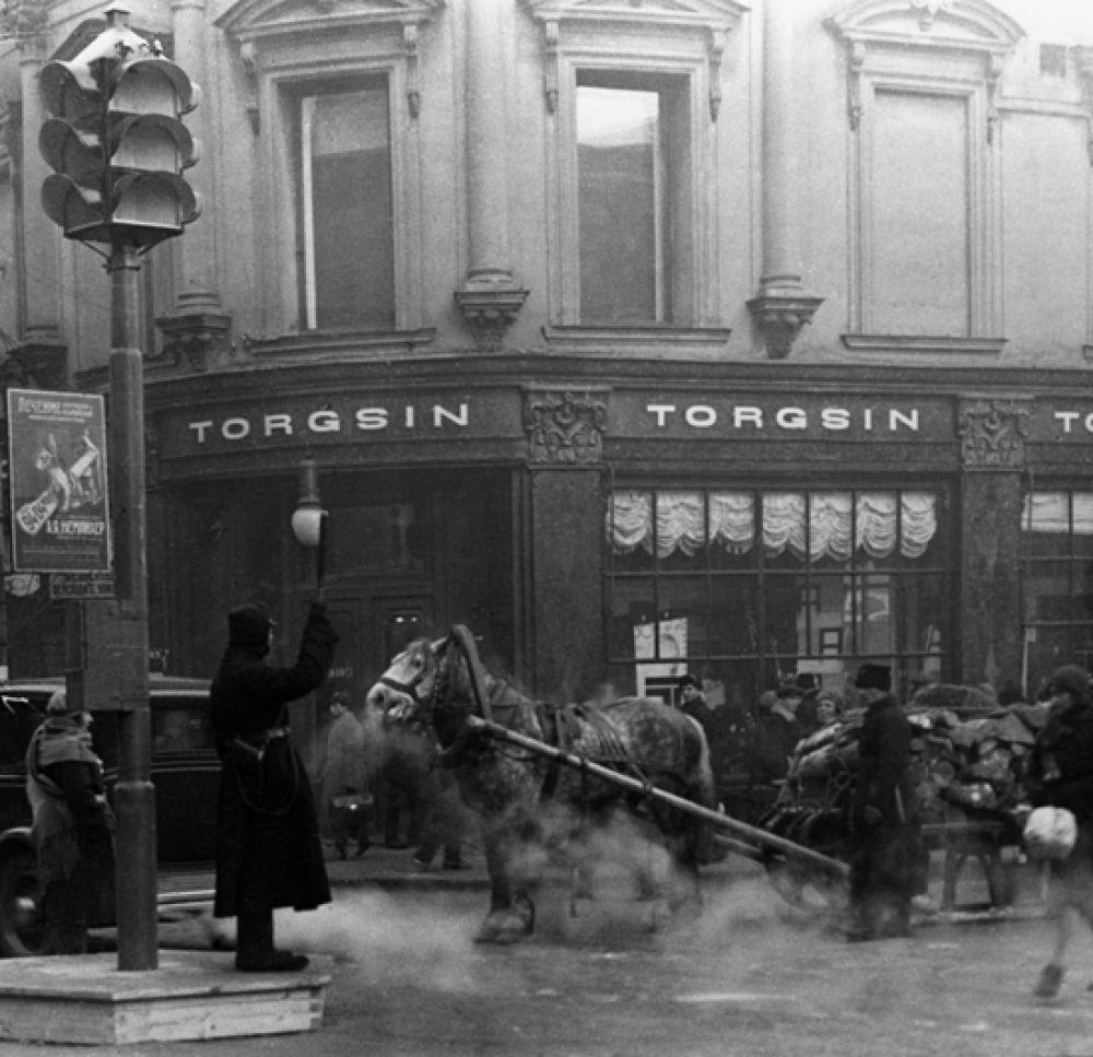 Первый светофор и регулировщик на пересечении улиц Петровки и Кузнецкого моста в Москве. 1934 год.