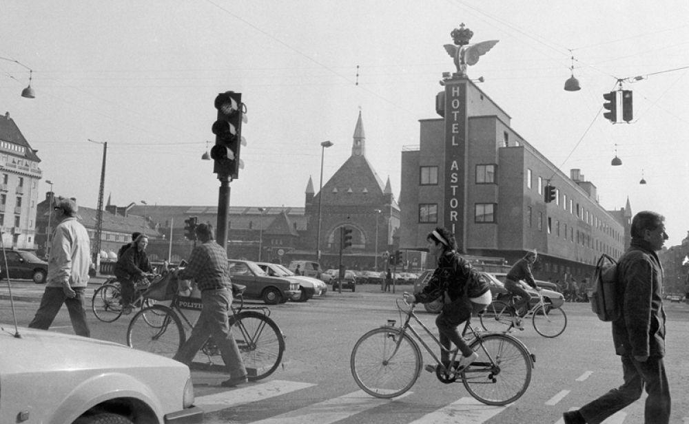 Велосипедисты на площади Главного вокзала в Копенгагене. 1986 год.