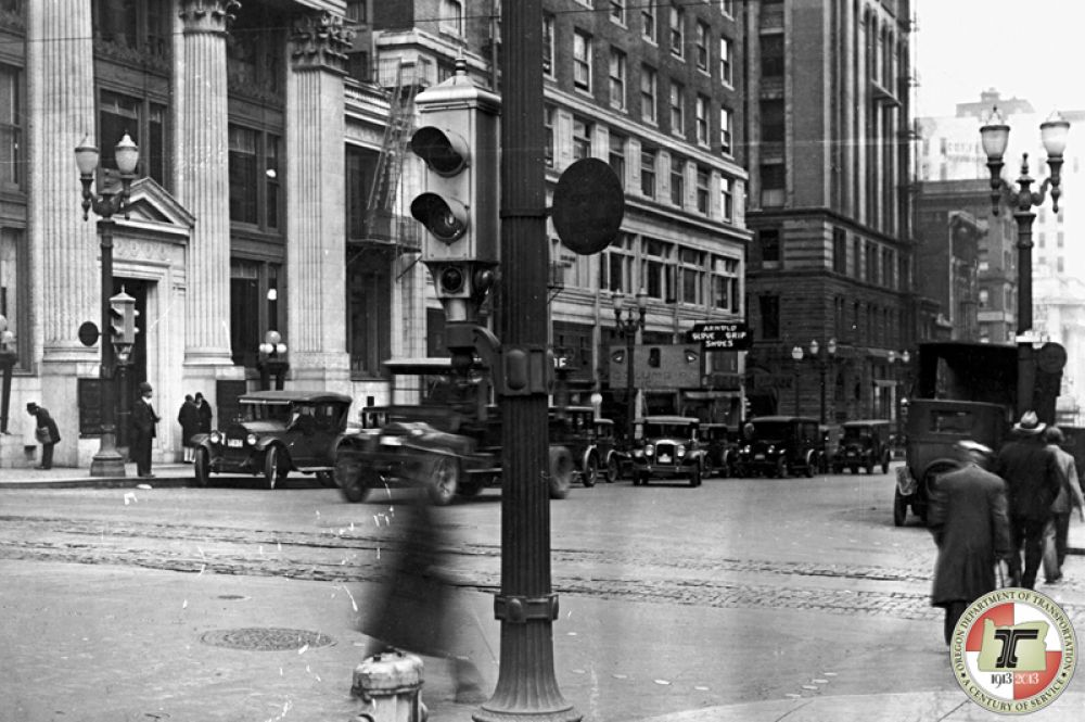 Первый электрический светофор в Портленде, сделанный в 1928 году.