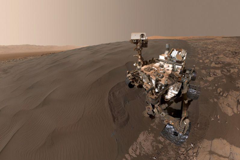 Январь 2016. Селфи Curiosity на фоне песчаных дюн.