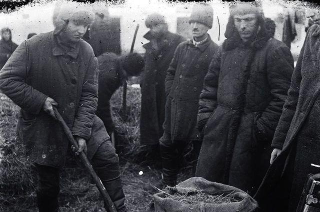 1930-1934. Понятые во дворе крестьянина при поиске хлеба.
