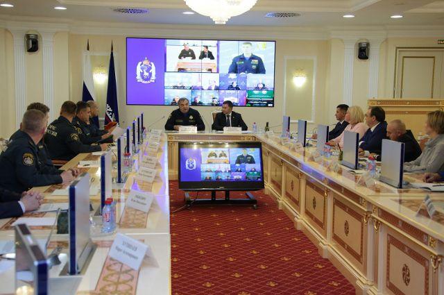 Министр МЧС РФ и губернатор Ямала провели совместное заседание