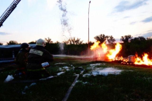 Четыре человека пострадали при взрыве газа на автозаправке на Алтае.