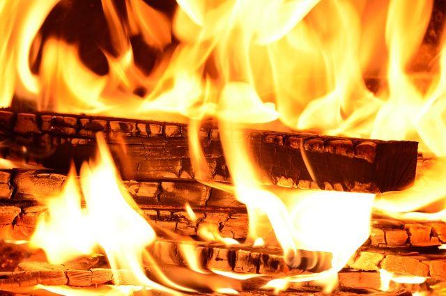 В горящей квартире на улице Транспортной в Тюмени находился человек