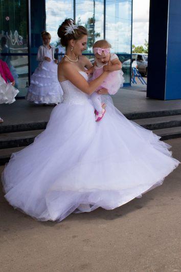 Невесты успевали следить не только за своей красотой.