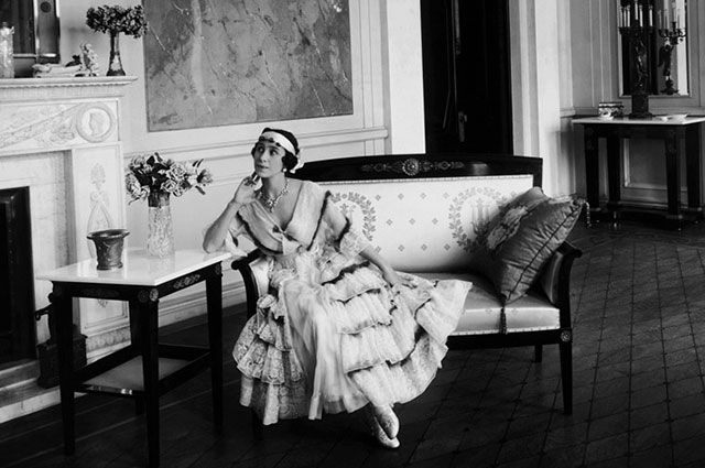Балерина Матильда Кшесинская в гостиной своего особняка.