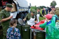 После окончания реконструкции боя зрители попробовали кашу из полевой кухни