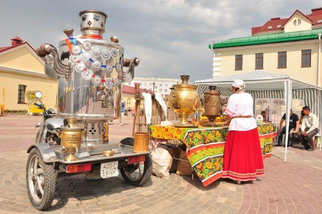 Такой самовар на 415 литров мог напоить чаем две тысячи человек.