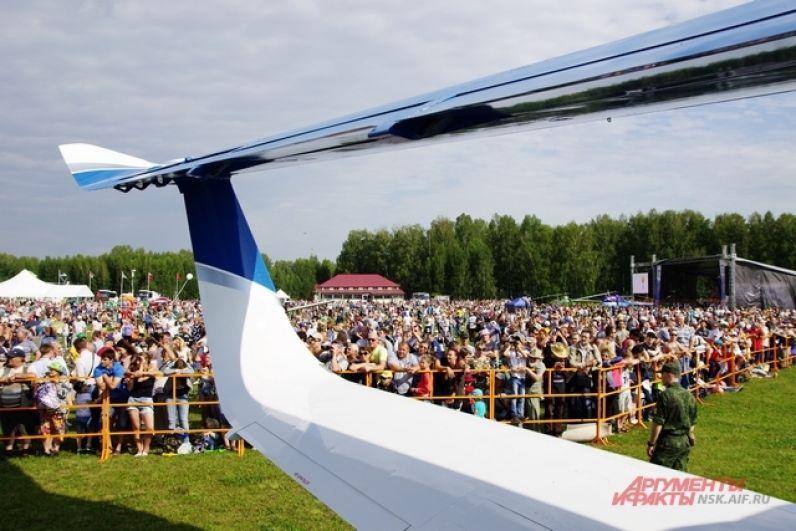 В Новосибирске нет проблем с тем, чтобы собрать гостей на авиационное мероприятие. И не по тому, что жители мегаполиса любят шоу и не знают, чем себя развлечь. Новосибирск авиационный город. Здесь самолет строят – НАПО им.Чкалова; испытывают и изучают – СибНИИА им.Чаплыгина, встречают и провожают – аэропорт Толмачёво.