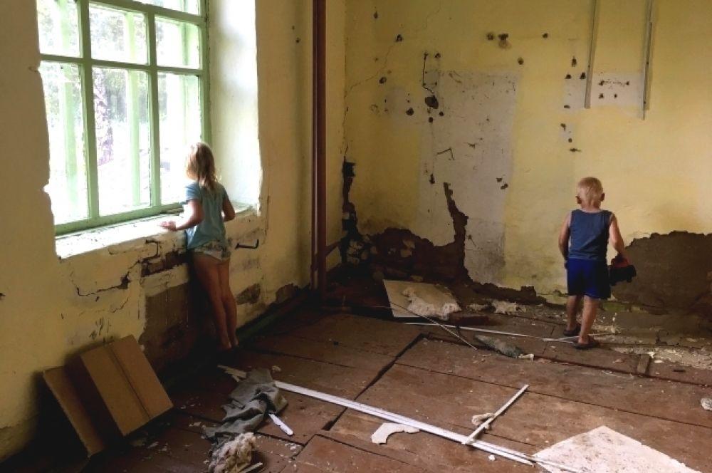 Атмосфера в бывшем детском саду немного пугающая – некоторые окна разбиты, некоторые забиты, половицы скрипят и в каждой комнате двери, за которыми неизвестно что.
