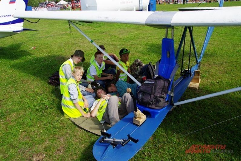 Юные авиаторы. Пока мальчишки и девчонки  тянутся в небо, готовы полететь на чем угодно, но только бы лететь, за будущее авиации и страны можно быть спокойным!