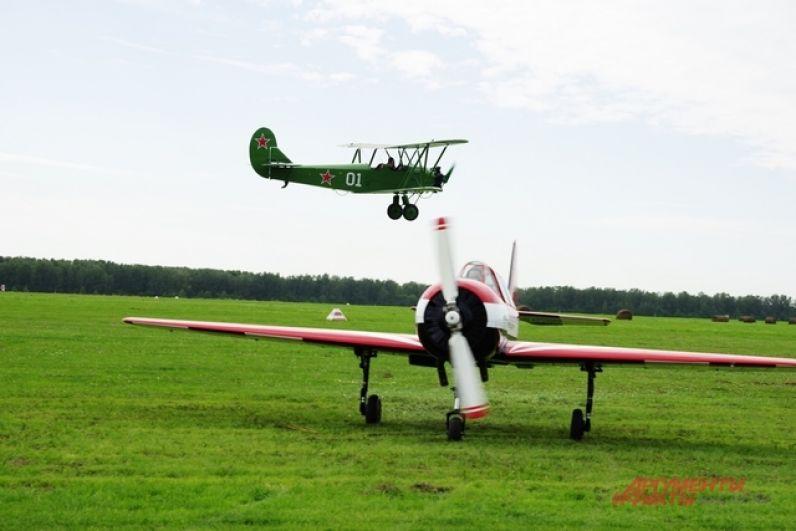 Аивашоу, которые проходят в Новосибирской области на полевом аэродроме Мочище, по праву считают одними из самых лучших в России. Продуманная и насыщенная программа, уютная и даже, по-своему, семейная обстановка в зрительских рядах.