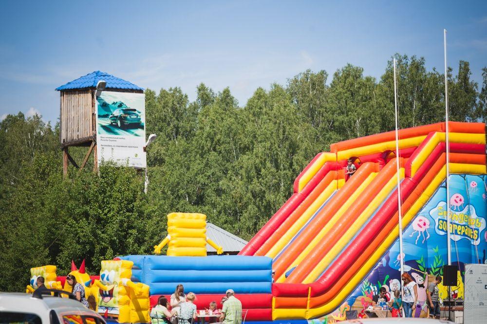 Для гостей праздника организовали массу развлечений.