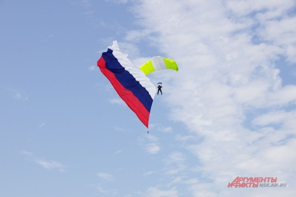 С неба на землю с флагом. Парашютная феерия – это как салют!