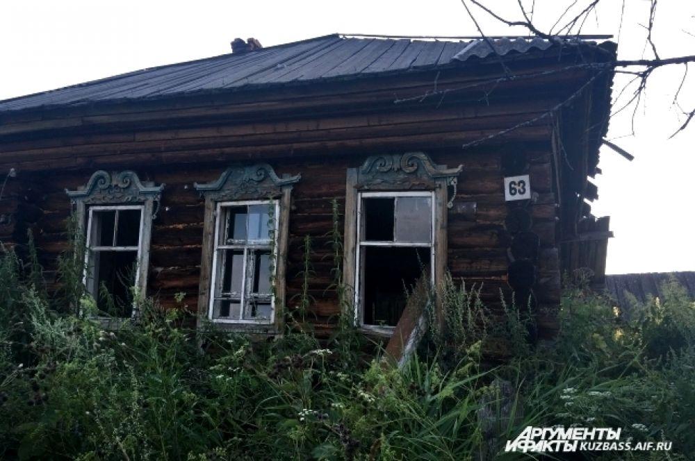 В деревне, наверное, треть домов – заброшенные. Какие-то оставили хозяева в поисках лучшей жизни, какие-то сгорели, какие-то не достроили.