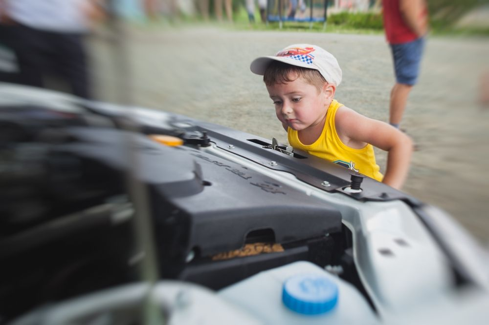 Устройство современных автомобилей оказалось по душе даже детям.