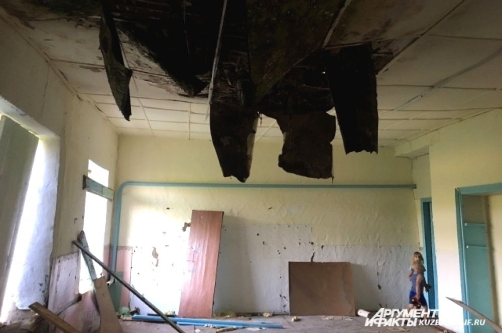 Правда, нужно посматривать наверх и вниз – одна крыша в детском саду уже рухнула, тут явно не безопасно.