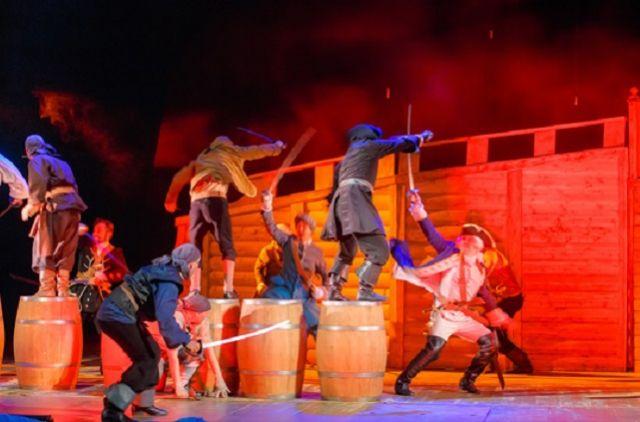 Мужская часть труппы начнет репетировать вводы в приключенческий спектакль по роману Роберта Льюиса Стивенсона «Остров сокровищ».