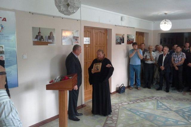 Через несколько минут после начала церемонии Голованова все же пустили в здание мэрии