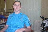 Сергей может сидеть в коляске.