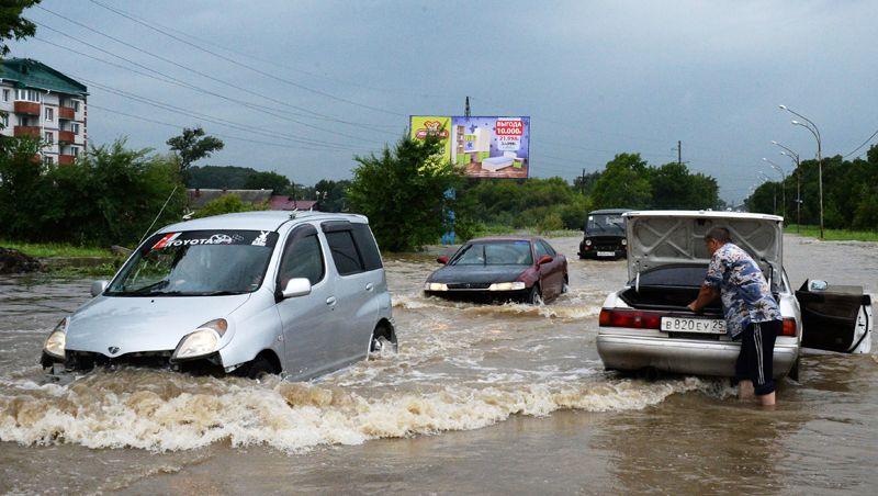 Автомобили на затопленной улице Уссурийска.