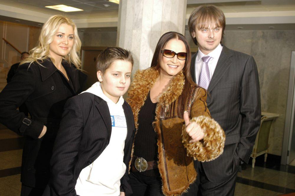 Церемония вручения премии «Золотой граммофон». София Ротару с сыном, невесткой и внуком. 2005 год.