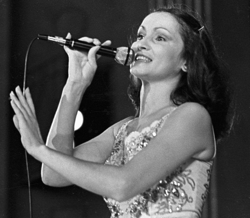 Народная артистка Украинской ССР София Ротару выступает на концерте. 1983 год.
