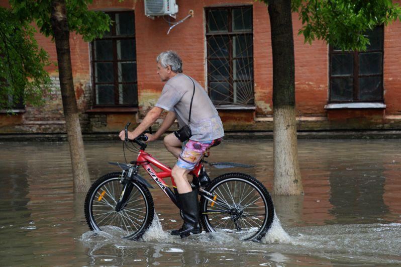 Мужчина на затопленной улице Уссурийска.