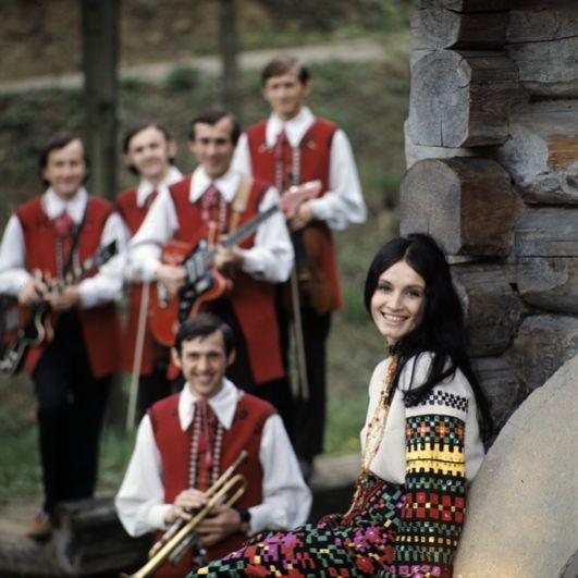 Украинская эстрадная певица София Михайловна Ротару и ансамбль «Червона рута». 1973 год.