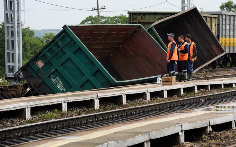 Состав сошел с рельсов из-за разрушенного ливнями железнодорожного полотна на перегоне Баневурово - Барановский железнодорожного участка Уссурийск – Владивосток.