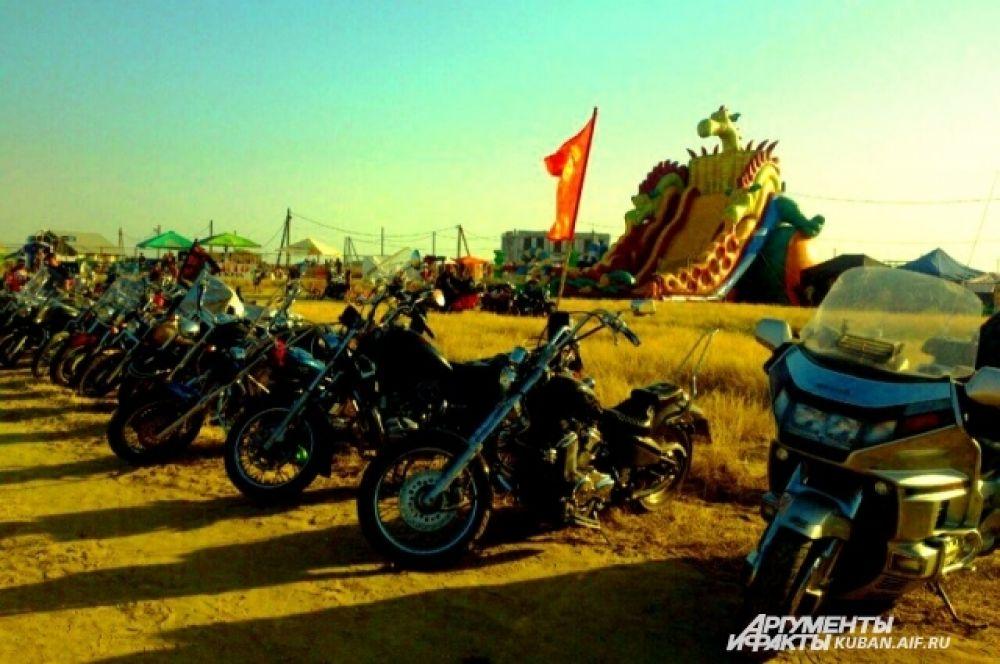 Стоянка железных «коней» участников фестиваля.
