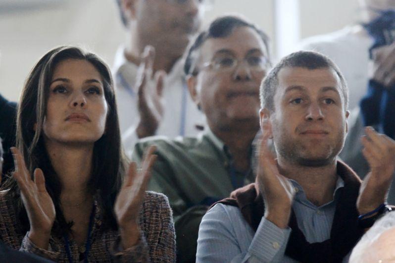 Роман и Дарья познакомились в феврале 2005 года на вечеринке после матча «Челси» в Барселоне. На фото: Роман Абрамович со своей спутницей Дарьей Жуковой на трибуне стадиона «Рамат-Ган» во время футбольного матча отборочного этапа чемпионата Европы-2008 между национальными сборными России и Израиля.