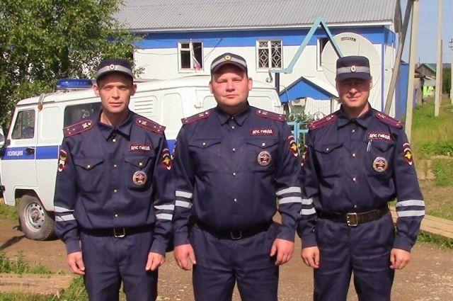 Старший лейтенант полиции Алексей Бушуев, лейтенанты Павел Останин и Денис Удников без раздумий бросились в горящий дом.