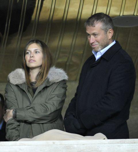 В 2009 году в СМИ уже появились сообщения о конфликте и разрыве отношений между супругами. На фото: Роман Абрамович и Даша Жукова на трибуне стадиона наблюдают за матчем группового этапа Лиги Чемпионов УЕФА 2010/11 между «Спартаком» и «Челси», 2010 год.