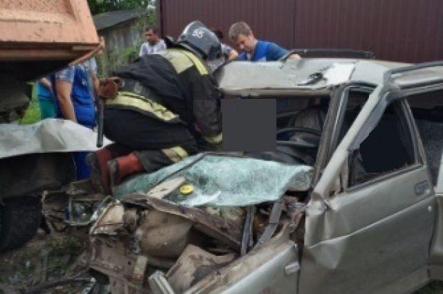 Втульской деревне самосвал «КамАЗ» раздавил легковой «ВАЗ»: двое погибли наместе