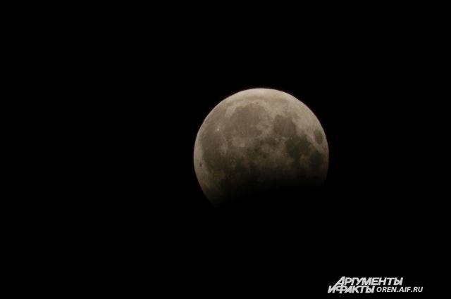Оренбуржцы обсуждают в соцсетях лунное затмение.