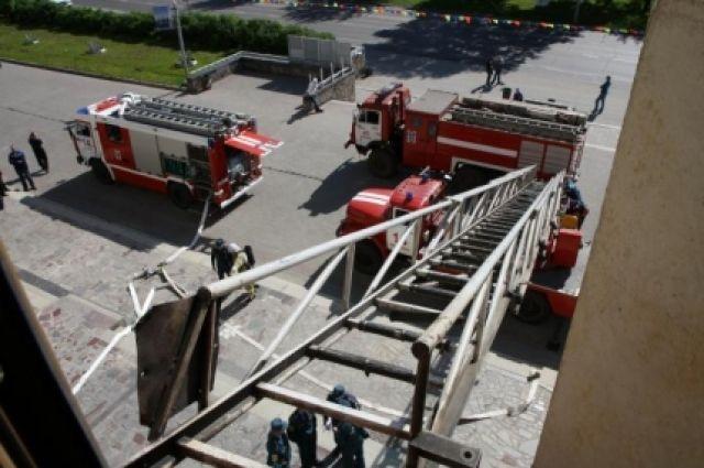 Жильцов верхних этажей эвакуировали по лестнице.